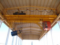 Insulated overhead crane and explosion-proof overhe